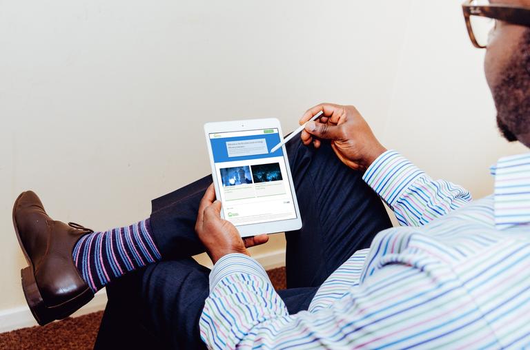 Eine neue Massive Open Online Courses (MOOC) Plattform basierend auf Open edXⓇ platform entwickelt für das United Nations Institute for Training und die Research (UNITAR) and International Energy Agency